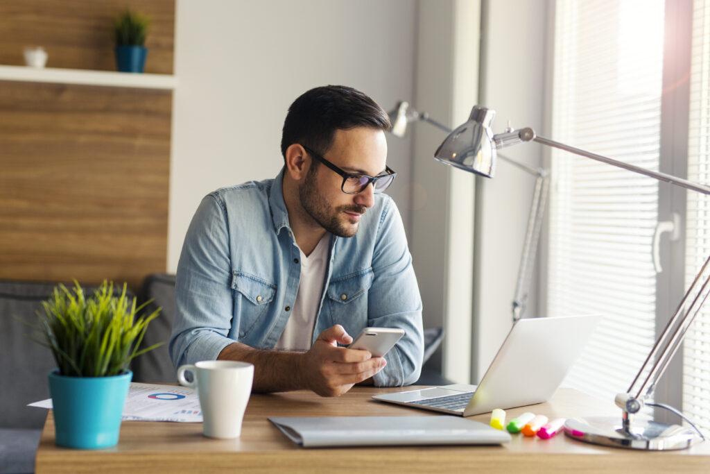 Uomo al lavoro in Smart Working da casa